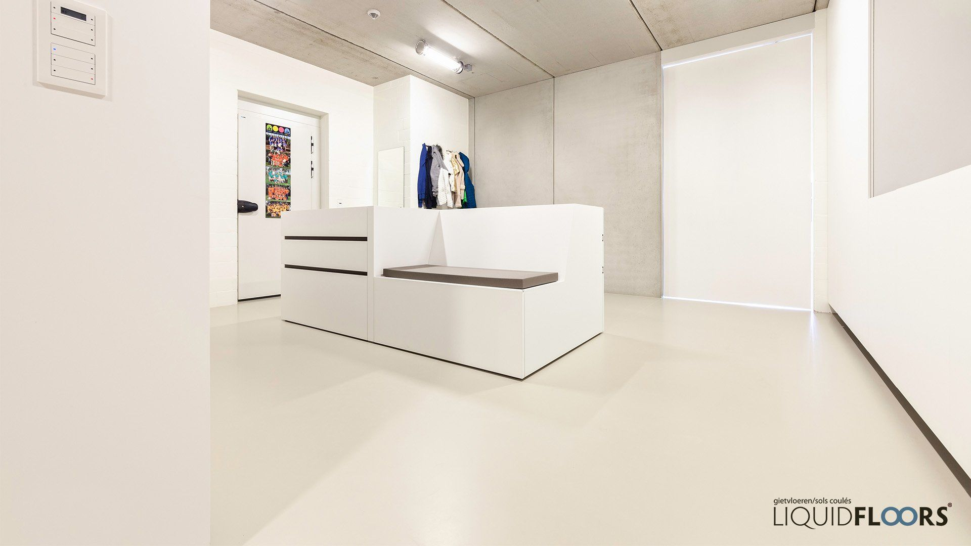 Beton In Interieur : Moderne architectuur inkomhal gietvloer kelder kleedkamer