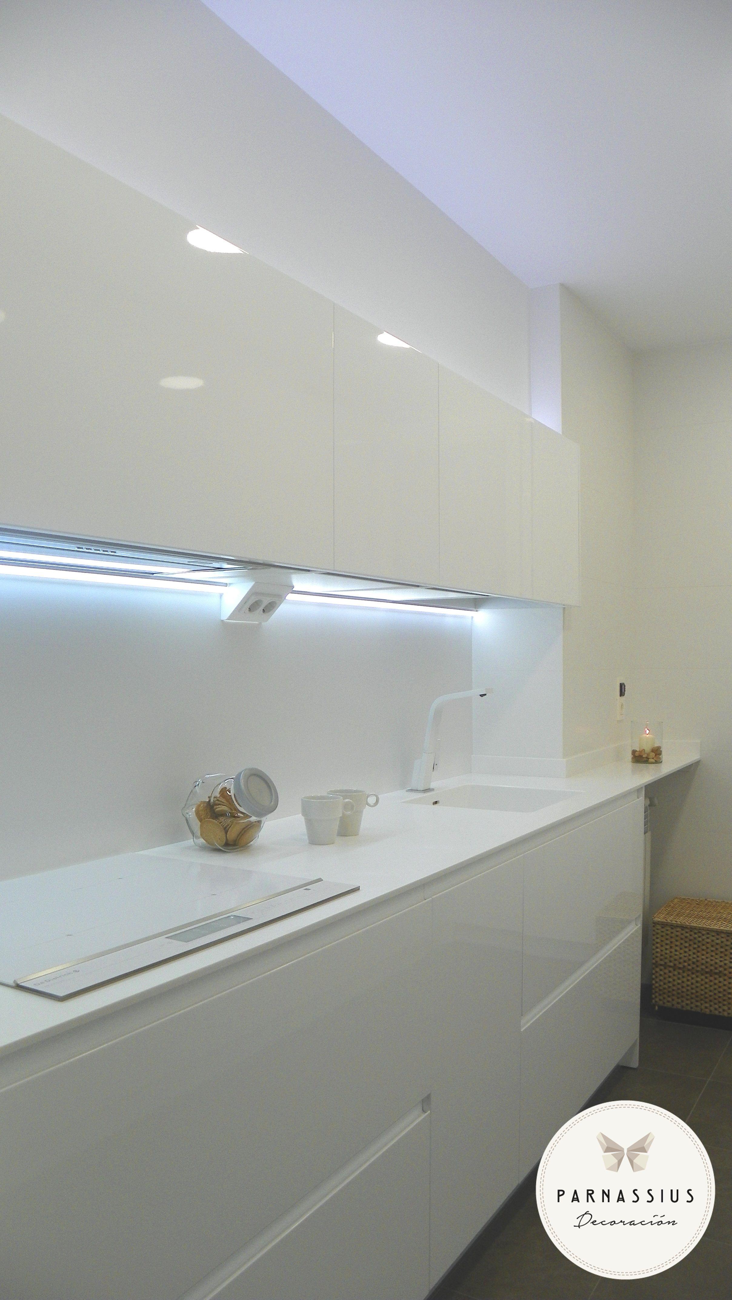 Cocina zona encimera todo oculto lavadora caldera for Encimera blanco cristal