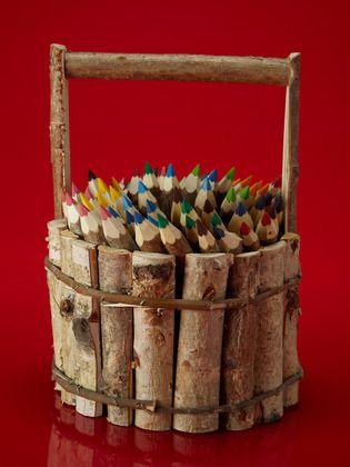 una canasta rustica llena de creyones de colores, que mas se puede pedir?