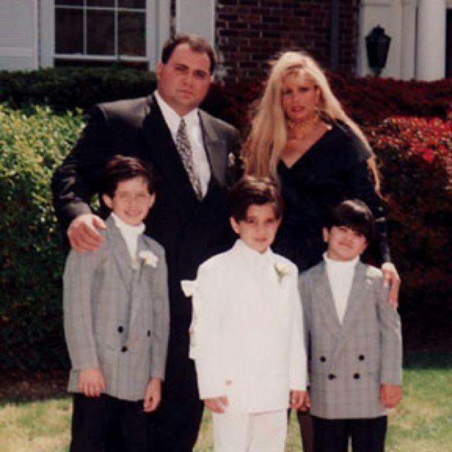 One Of Their Last Family Pic S Together Victoria Gotti Hub Carmine Agnello With Boys Mafia Mafia Mafiosos Y Crimen