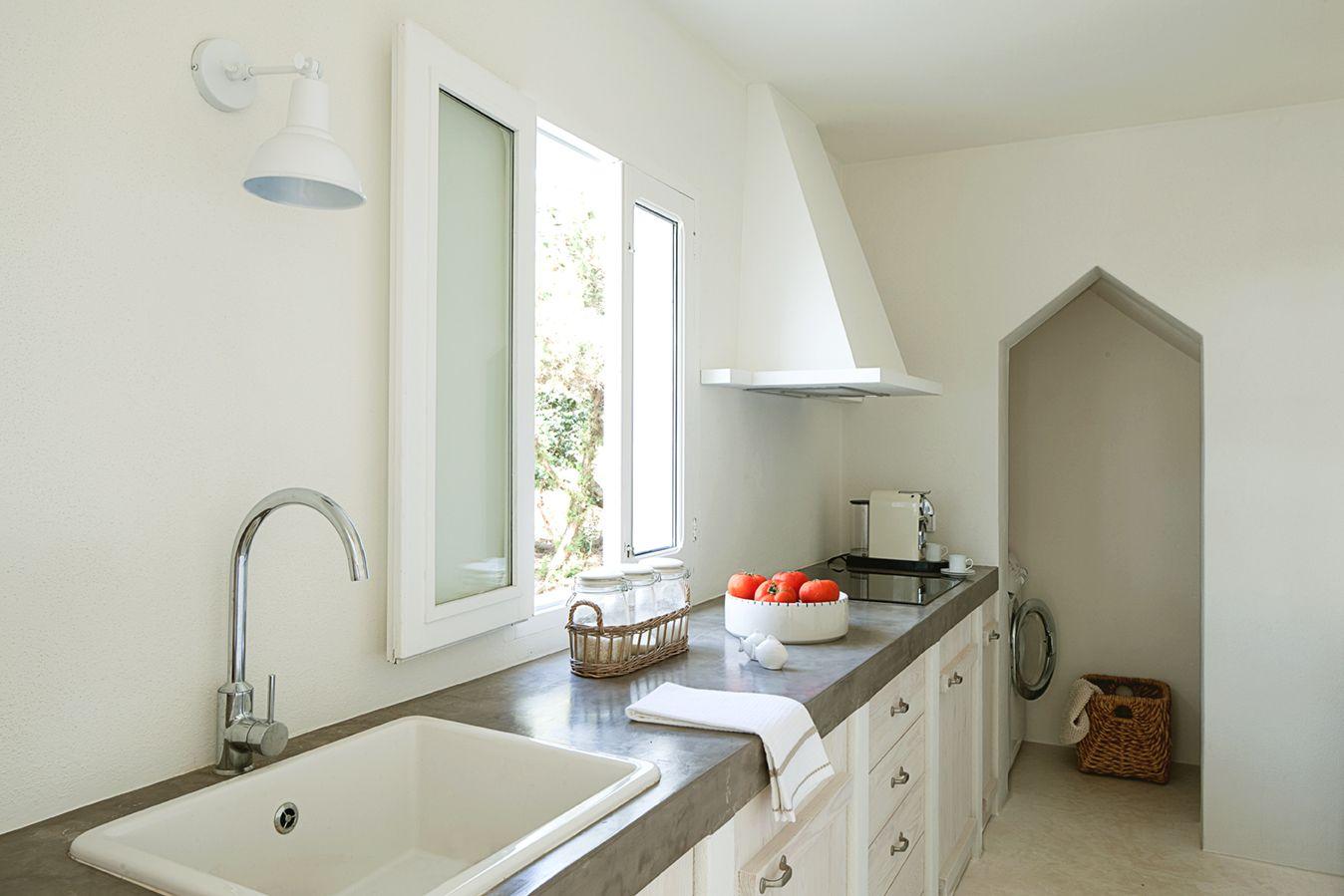 Cocina mediterr nea encimera de microcemento y muebles en madera talqueada por catalina house - Encimeras de microcemento ...