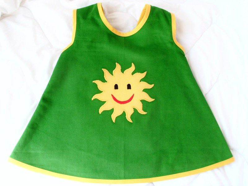 """♥♥♥ Lass die SONNE in dein HERZ ♥♥♥  ♥♥♥ Let the sunshine in your heart ♥♥♥    super """"süßes"""" Hängerchen in grün mit """"Sonnenapplikation""""  """"FEINCOR..."""