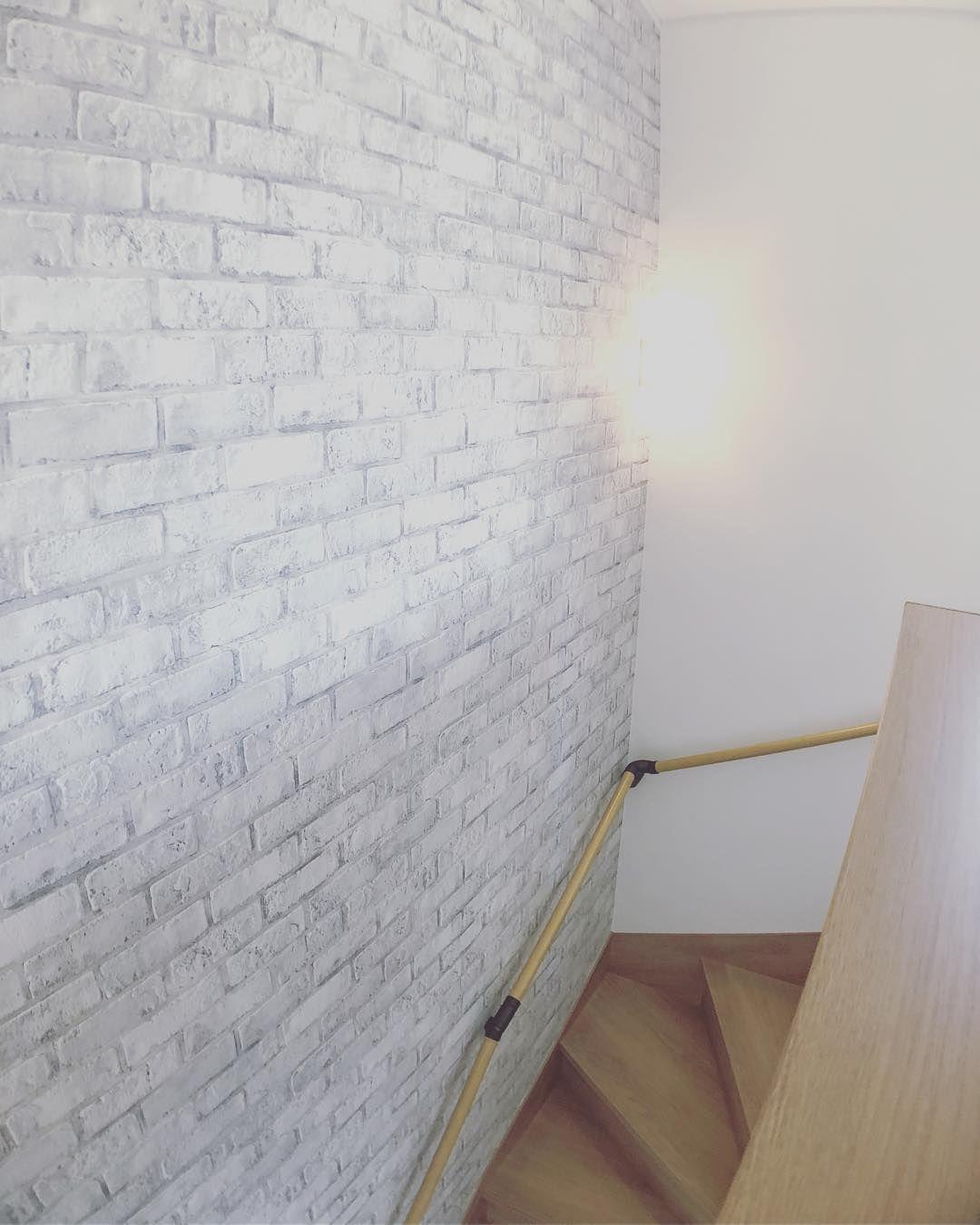 壁紙に 白タイル柄の壁紙と インテリアランプが 上品で高級感のある空間を演出 タイル 柄 インテリア ランプ