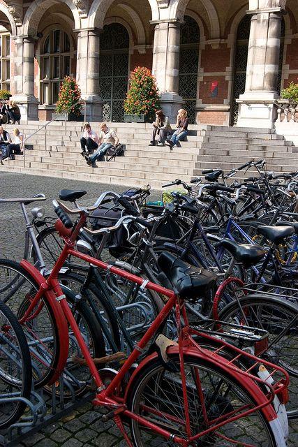 Fietsen Bij Het Academiegebouw Van De Rug Rijksuniversiteit Groningen Groningen Holland Bicycle