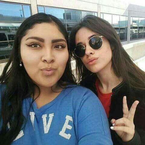 Camila con una fan