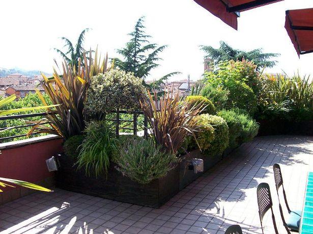 Un terrazzo fiorito può essere loccasione per creare un ambiente improntato alla biodiversità