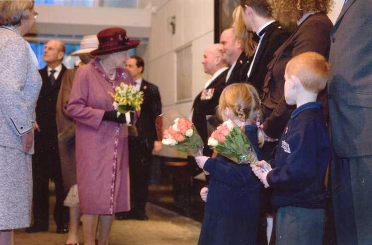 Koningin Elizabeth bezocht het Amsterdam Museum in 2007, hier loopt ze door de schuttersgalerij.