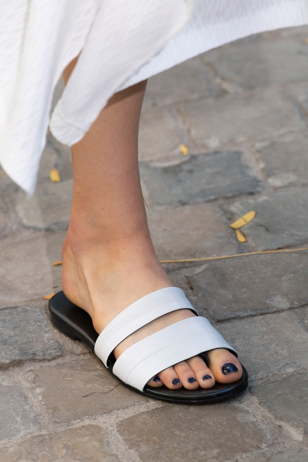 Roland Mouret Spring 2020 Fashion Show Details is part of Trending sandals, Trending shoes, Spring sandals, Fashion, Shoes spring summer, Runway shoes - Roland Mouret Spring 2020 Fashion Show Details  All the fashion runway closeup details, shows, and handbags from the Roland Mouret Spring 2020 Fashion Show Details