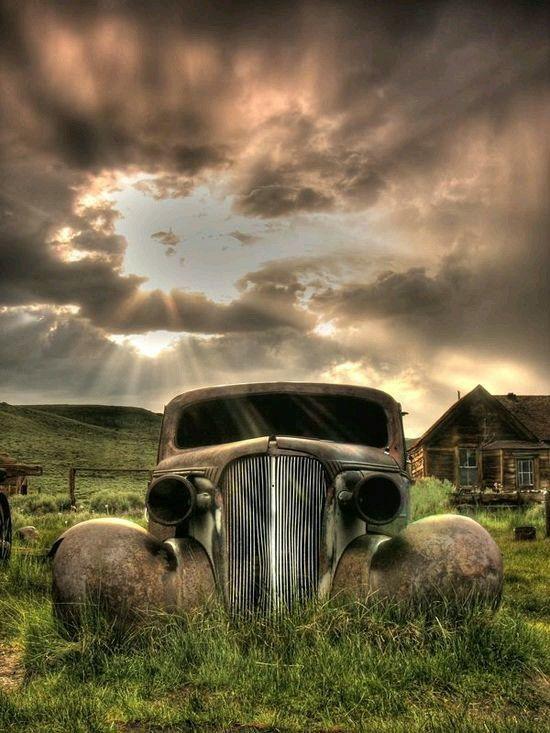 pin by derrelyn weeks on arte en autos abandoned places abandoned cars vintage trucks pinterest