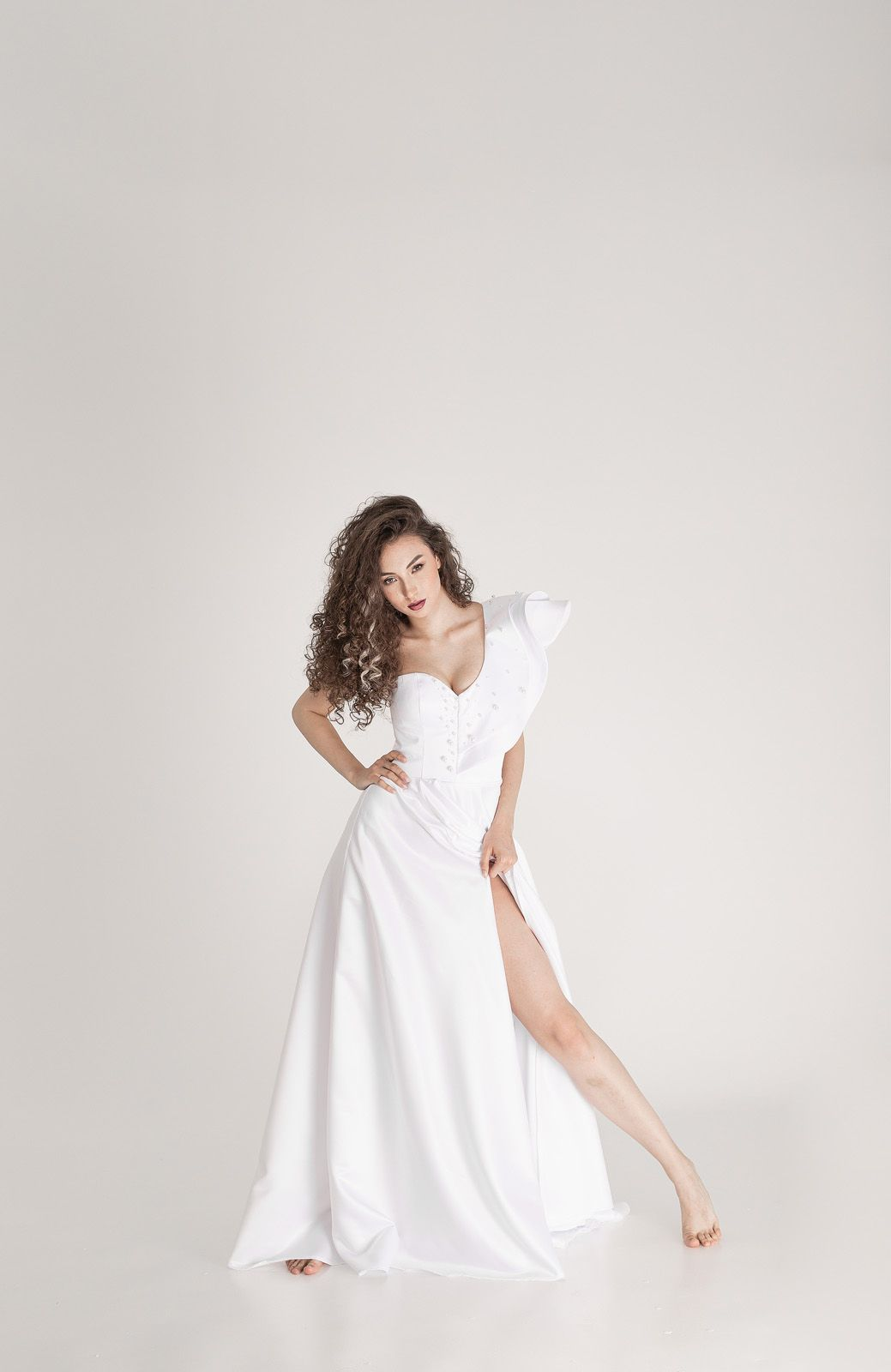 Соло красивой девушки в белом платье
