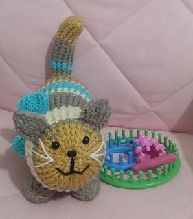 Loom Knit Huggable Kitty pattern by CHRISTIE FOO #loomknitting