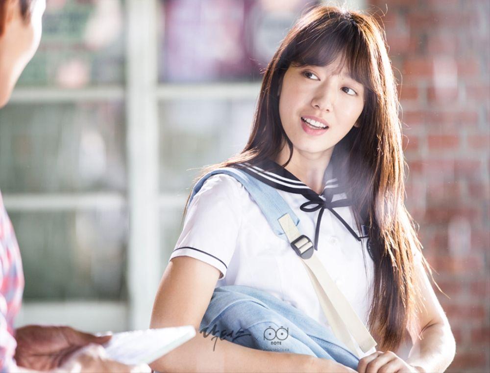 닥터스 포토스케치 김래원에 씨디를 주며 환하게 웃고 있는 박신혜