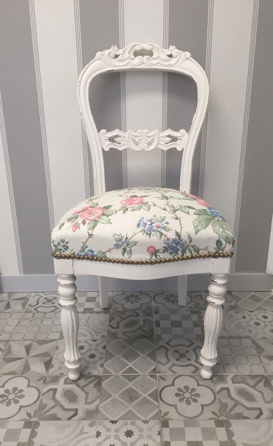 chaise ancienne patin e blanc fleurs roses bleues romantique shabby chic shabby chic gifts. Black Bedroom Furniture Sets. Home Design Ideas