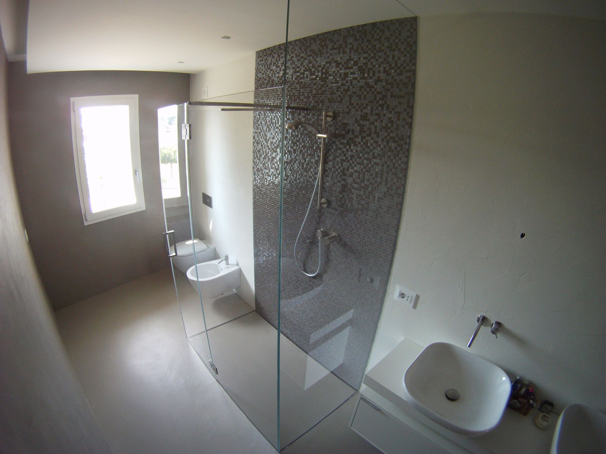 Bellissima doccia con piatto doccia filo pavimento e - Piatto doccia incassato nel pavimento ...
