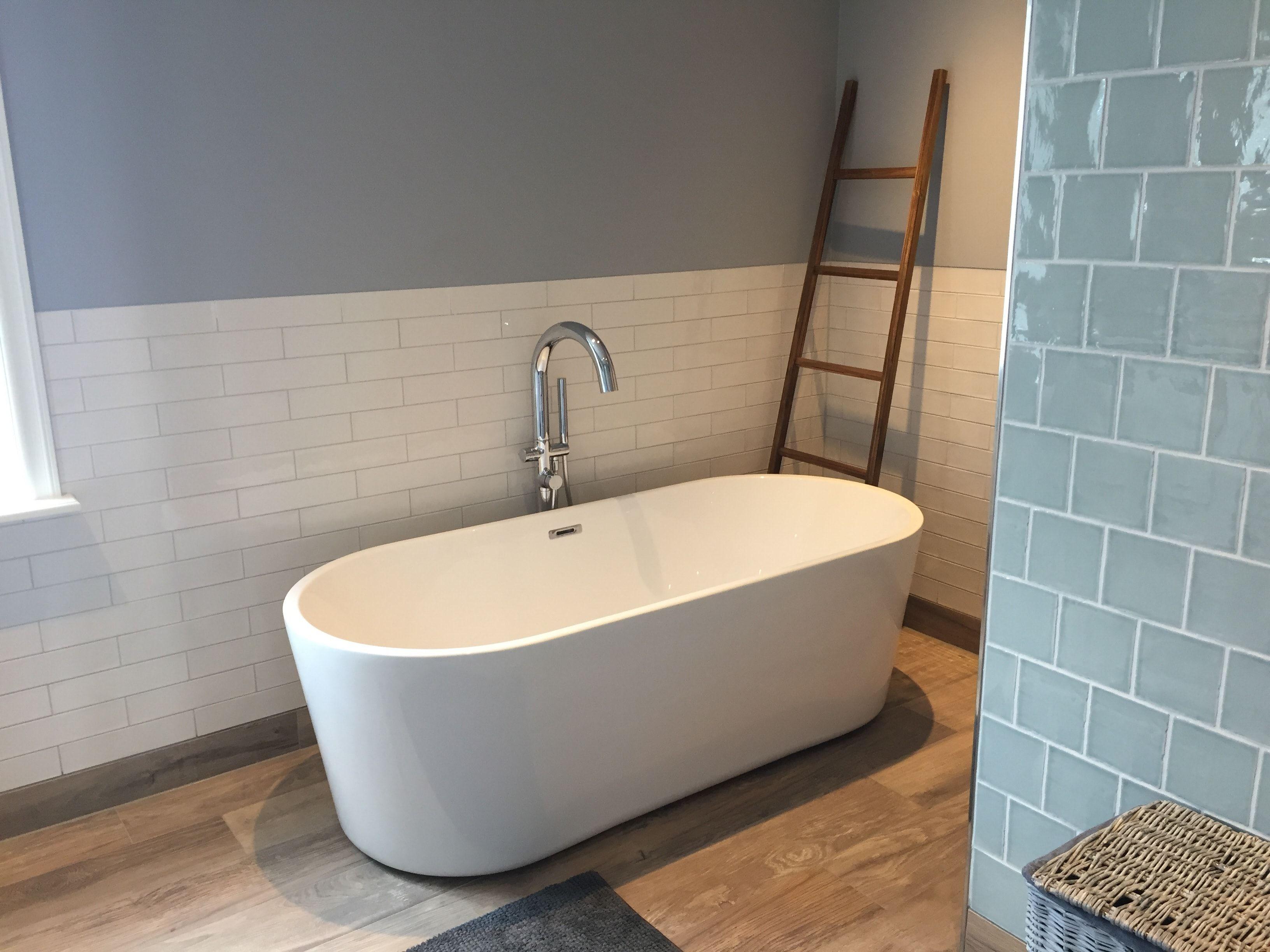 Landelijke Kranen Badkamer : Prachtige modern landelijke badkamer met planken tegels op de