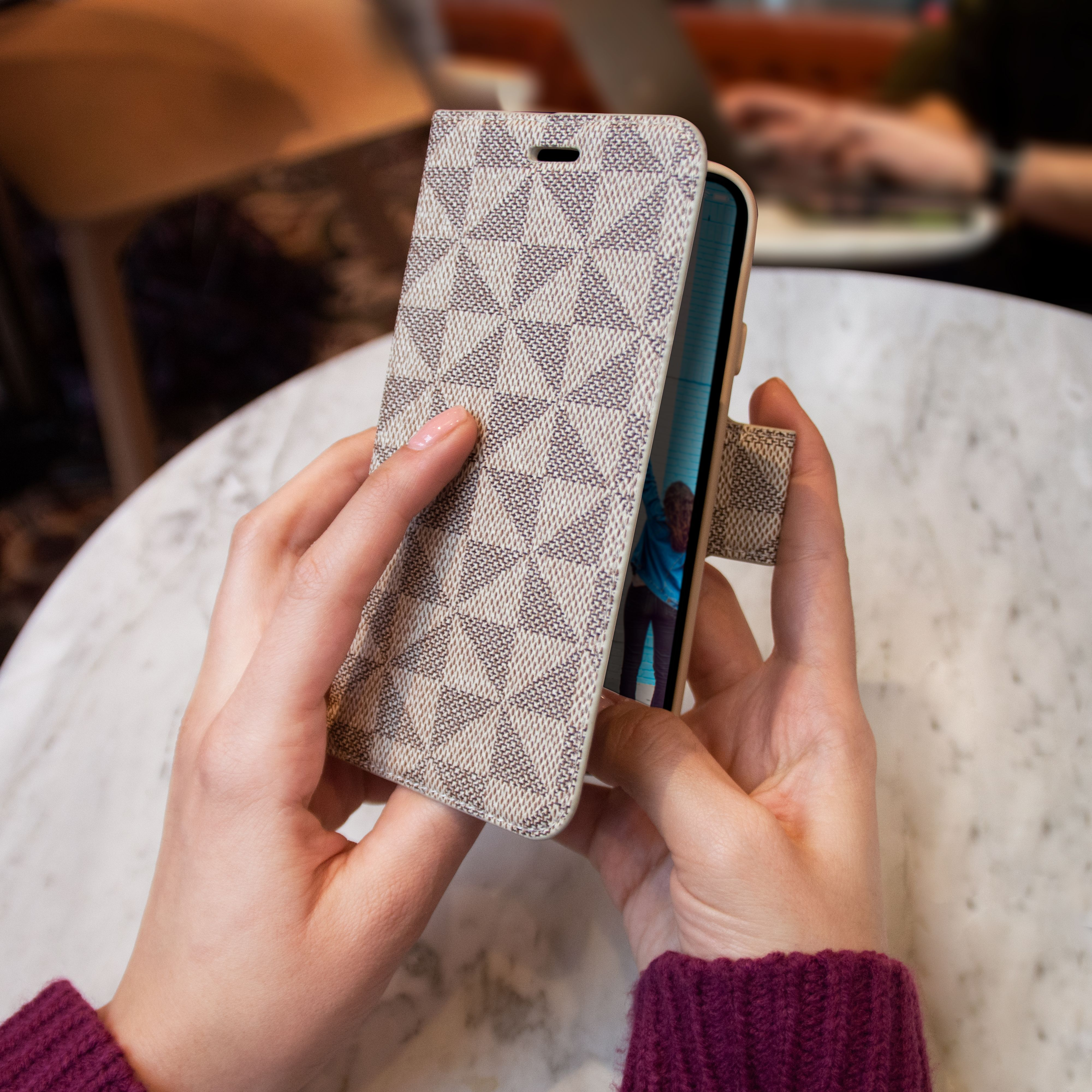 This convertible #phonecase becomes a stand for your phone and it has shock absorption that protects it from damage. The best part? It's functional plus stylish! 😎 - #believeinbetter #leadtheway #bethechange #casecoinc #casecomission #onecaseatatime #ecofriendly #ecofriendlyproducts #sustainability #zerowaste #savethewaves #sustainabilitymatters #gogreen #holidaysdeals #christmasdeals #iphonecase #reducereuserecycle #iphoneaccessories #androidcases