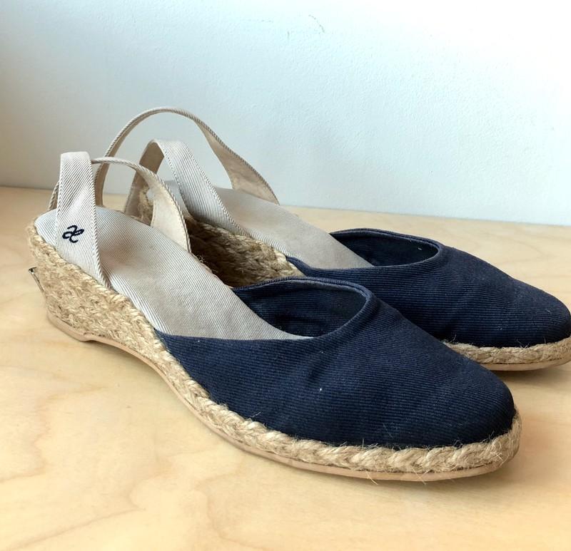 Granatowe Espadryle Polskiej Marki Aeterie Rozmiar 39 Wygodne Na Niewysokim Obcasie 5cm Wierzch Z Wytrzymalego Materialu Espadrilles Shoes Fashion