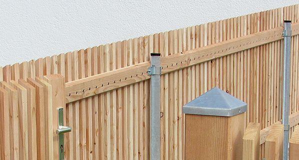 Sichtschutz Aus Larchenholz Mit Den Passenden Larchentoren Liefert Die Zaunfabrik Natur In Ganz Deuts Kleiner Hinterhof Design Modernes Zaun Design Larchenholz