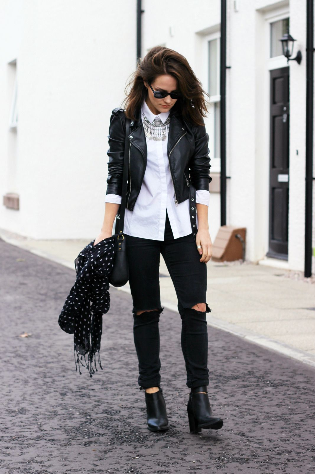 30 Outfits That'll Make You Want to Wear Black Ripped Jeans Every ...