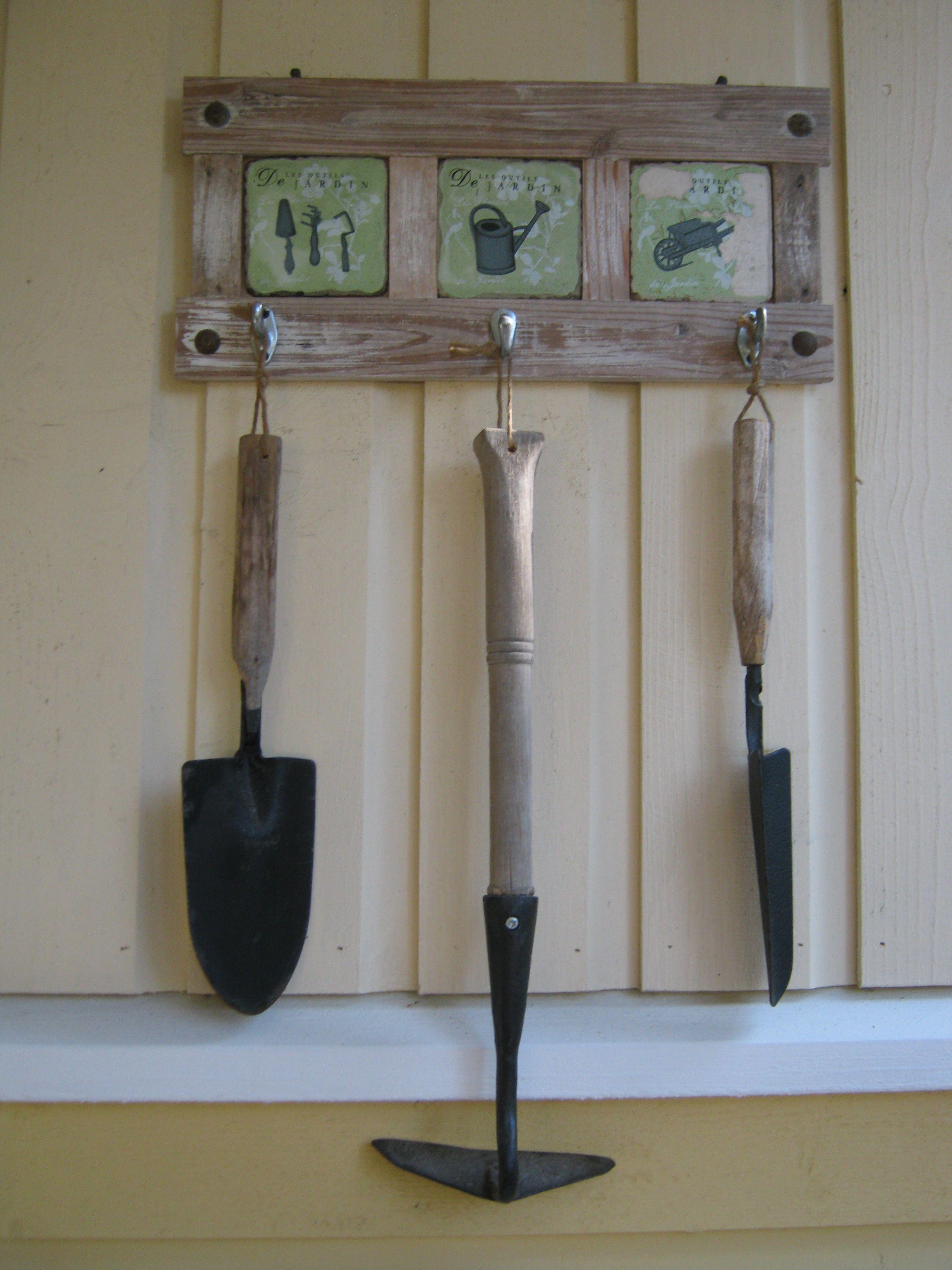 Vanhat kunnostetut puutarhatyökalut.