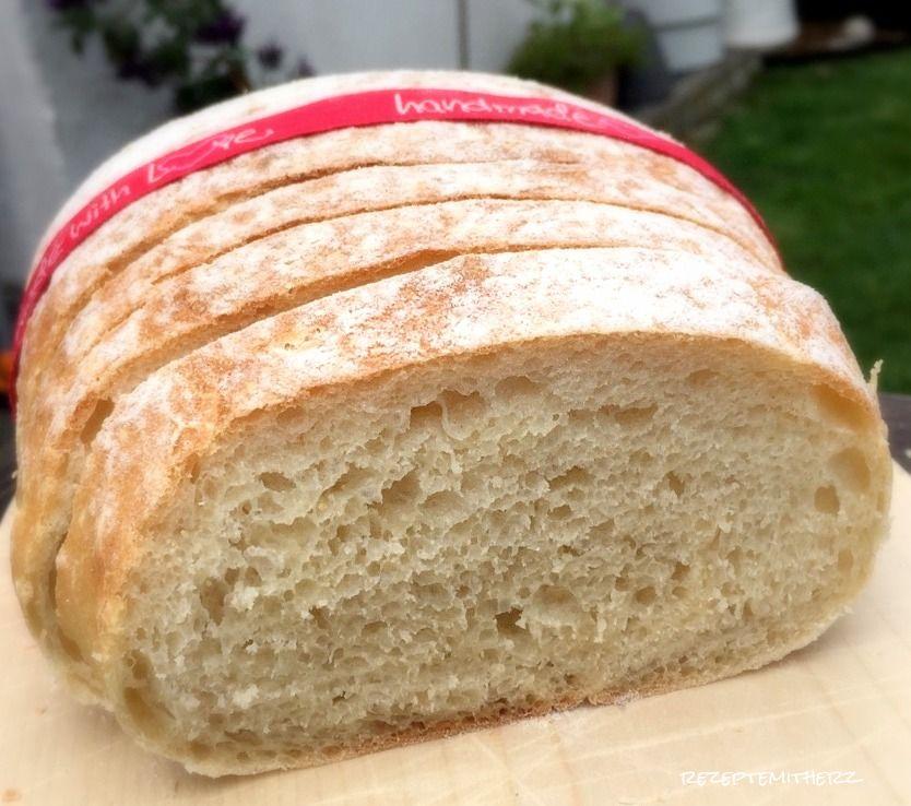 Ihr sucht noch das perfekte Brot zum Grillen? Dann probiert doch mal dieses italienisches Weißbrot, mit einer  krossen Kruste und einem fluf...