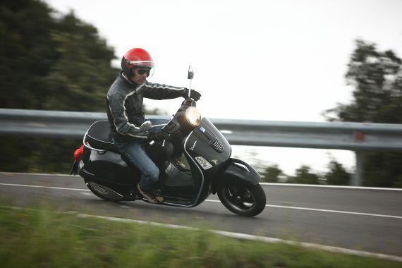 La guida sicura: di Luca Govoni, leggi e impara a fare le cose giuste alla guida del tuo scooter .
