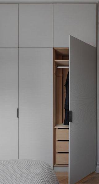 Wenn Sie Den Hochschrank Offnen Wollen Wir Platz Zum Aufhangen Und Zusatzlichen Schubladenabstand In 2020 Schlafzimmer Schrank