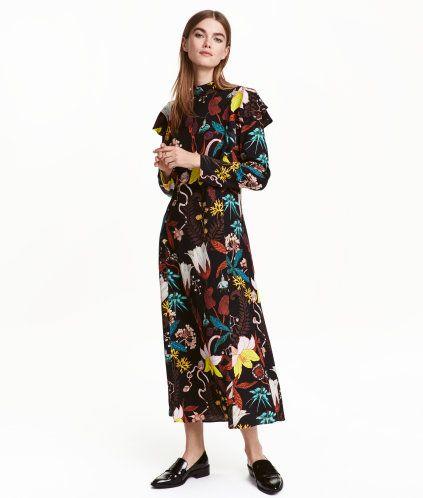 Musta/Kukkakuvio. Suoranmallinen, pohjepituinen mekko painokuvioista, krepattua viskoosikangasta. Pitkät hihat, ylhäällä röyhelöä. Matala pystykaulus,