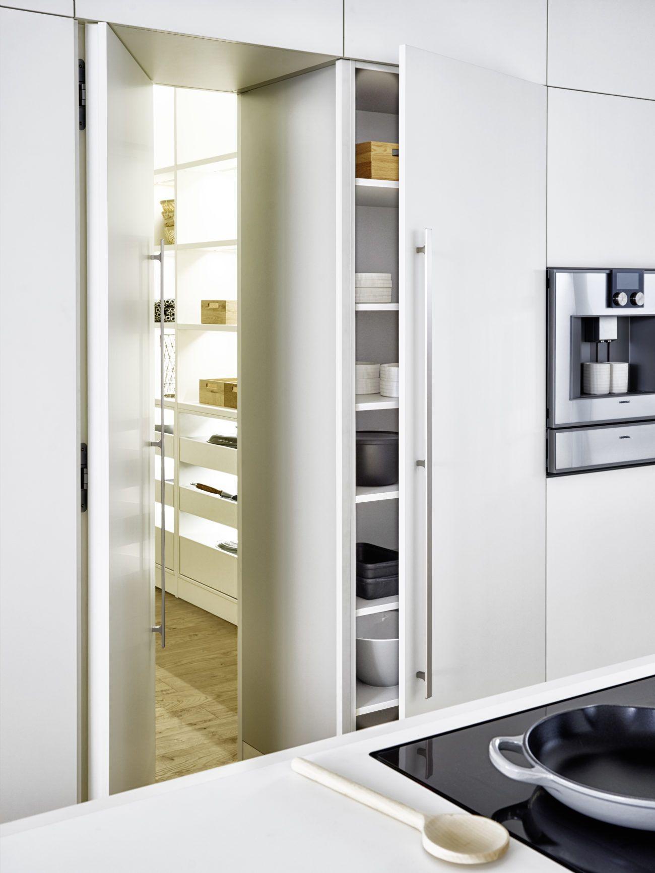 Durch Den Kuchenschrank In Die Speisekammer Kuche Und Hauswirtschaftsraum Von Leicht Schuller Und Siematic Stilvolle Kuche Hauswirtschaftsraum Kuchendesign Modern
