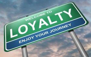 Wat is een loyaliteitsprogramma? In één zin: als je op gestructureerde wijze en voor een langere periode actief bezig bent met het vergoten van de loyaliteit binnen één op meerdere doelgroepen. Kijk eens om je heen. Hoeveel (spaar)pasjes heb jij niet in je portemonnee zitten? Of stempelkaarten, plakzegels…. Veel bedrijven doen er alles aan om nieuwe klanten te trekken. Met advertenties, mailingen, aanbiedingen en vooral veel extra service. Gek genoeg vergeten zij daarbij vaak de bestaande…