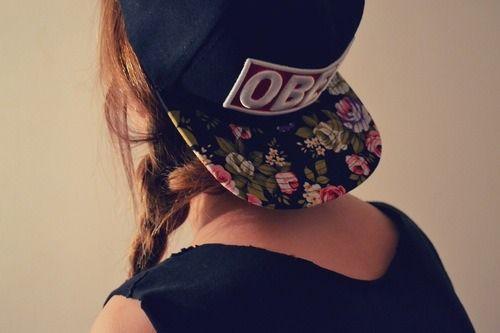 La gorra de la foto es una gorra plana con swag de la marca Obey. Podemos  ver como en grande está el nombre de la marca y la visera está repleta de  ... abebf6d50e6