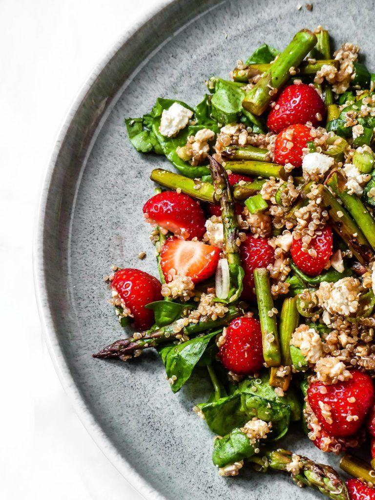 Spinatsalat mit Quinoa, grünem Spargel und Erdbeeren