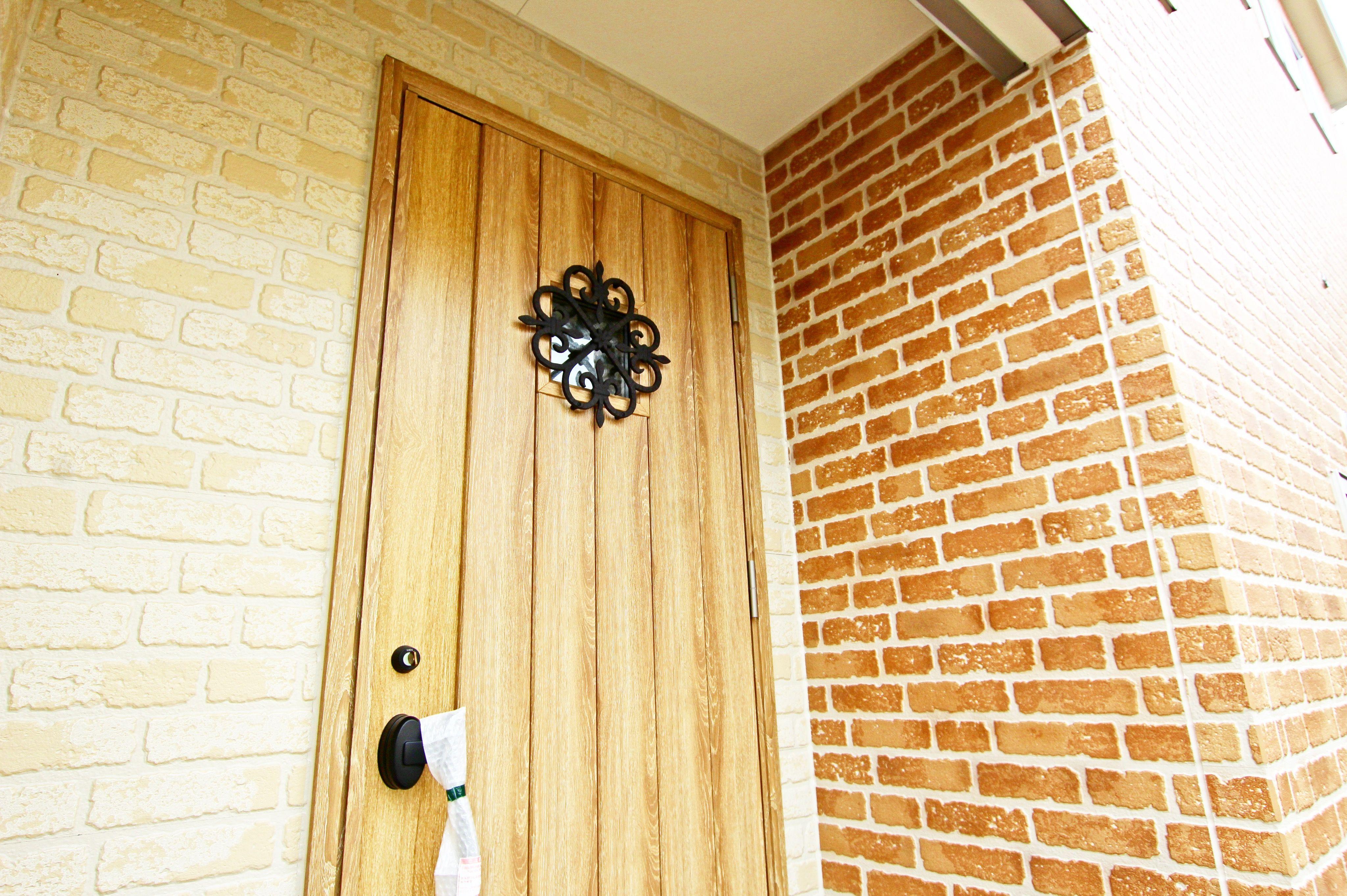 温かみのある優しい印象の玄関 可愛らしくも味のあるプロヴァンス風の