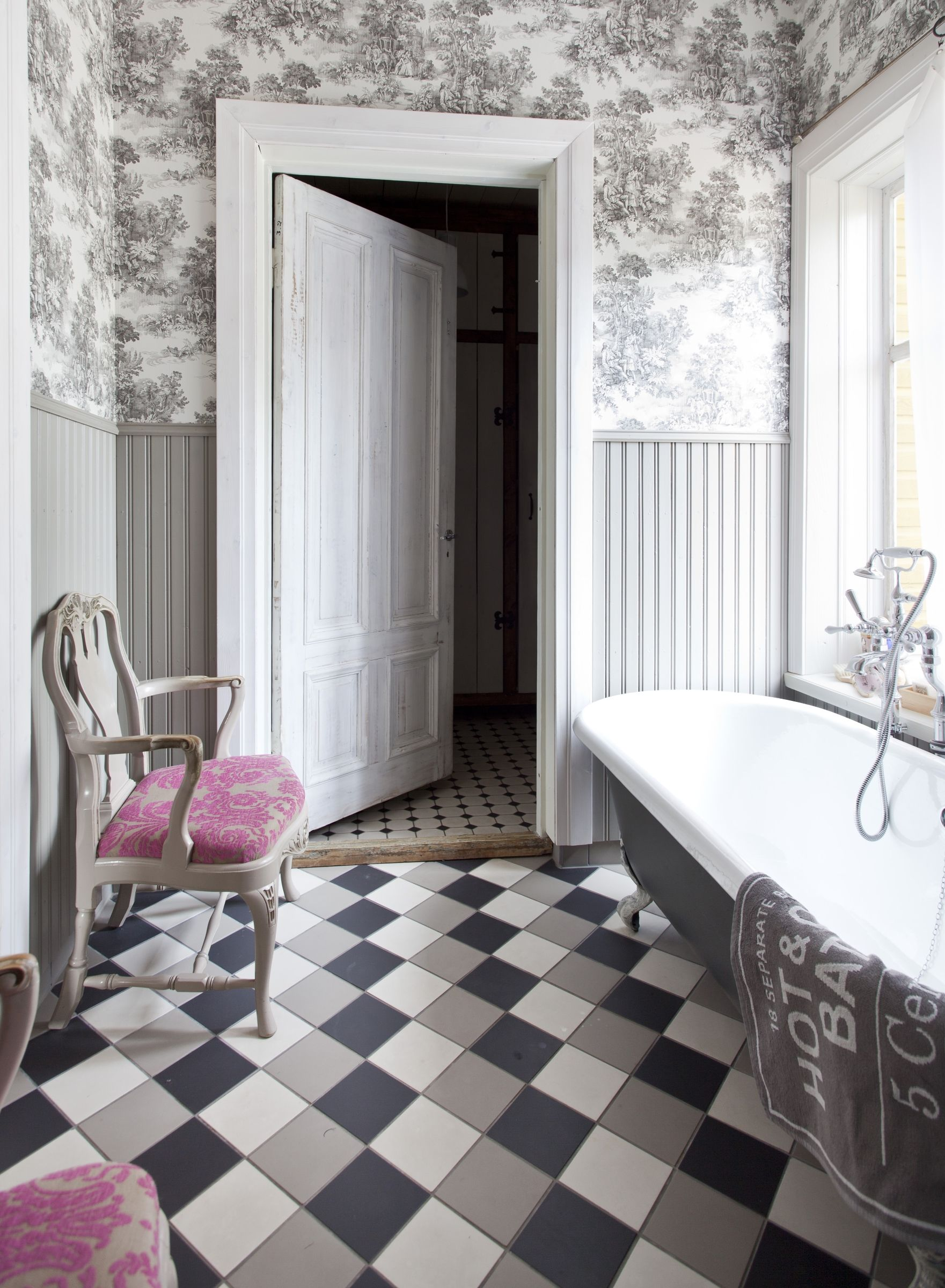 Vanhan talon kylpyhuoneessa on tapettiseinät, tyylihuonekaluja ja ruutulattia. Bathroom with toille wallpapers, check floor and rococo chairs.  | Unelmien Talo&Koti Kuva: Camilla Hynynen Toimittaja: Jaana Tapio