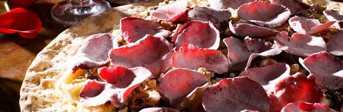 pizza de rosas///Conseguiram inventar um dos pratos mais românticos do mundo: a pizza de rosas. Ela é servida com farofa crocante e sorvete.