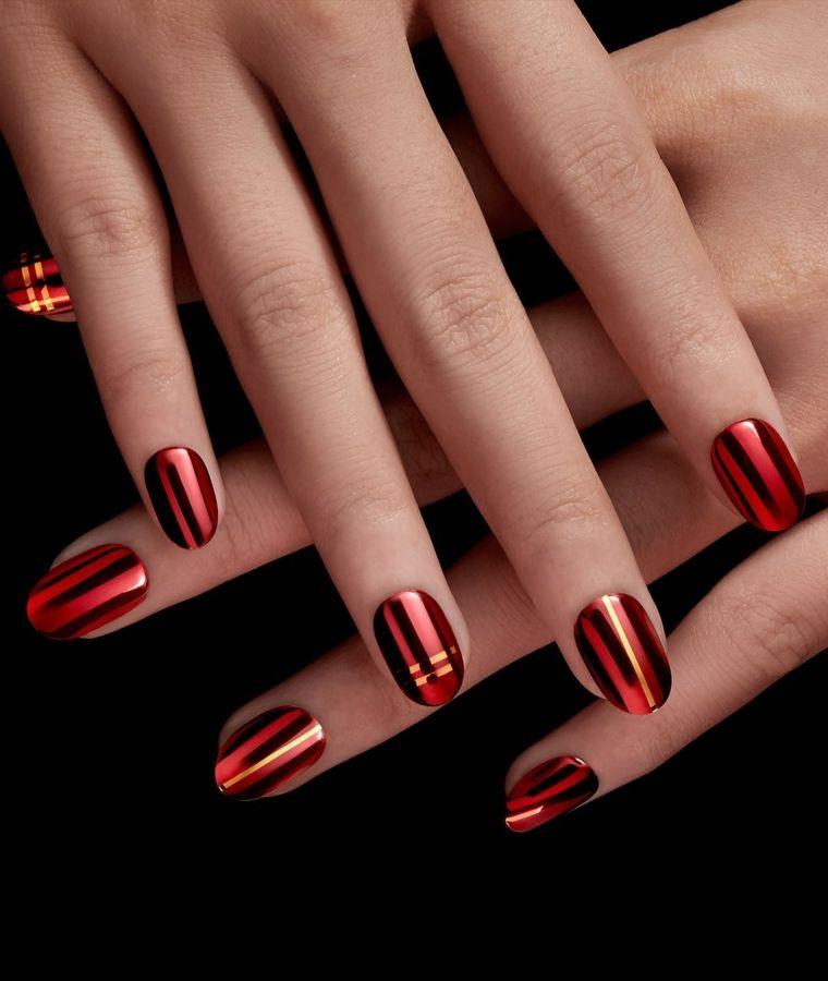 una manicure impeccabile e di tendenza realizzata con uno smalto rosso  metallizzato