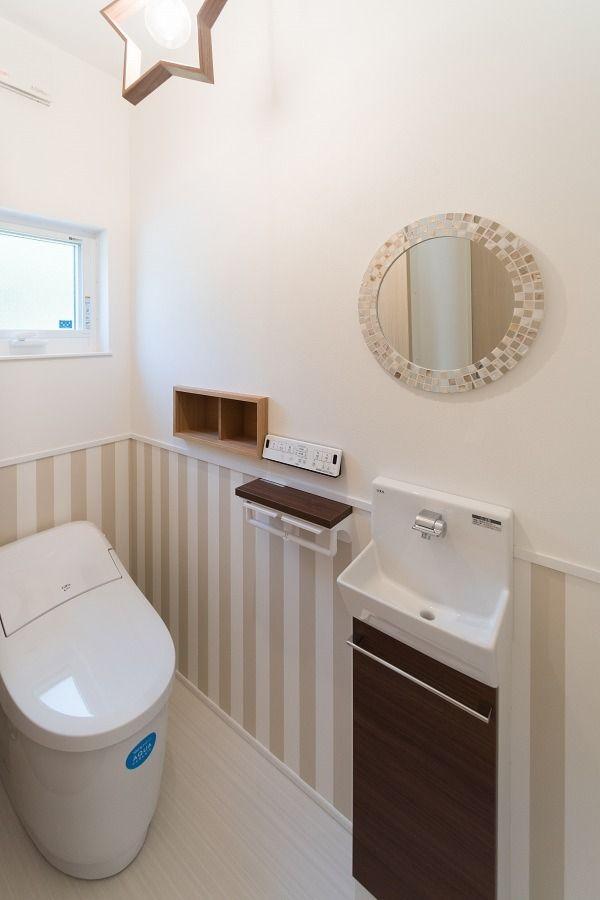 自然に囲まれた 小窓から風が通り抜ける家 トイレ おしゃれ トイレ インテリア トイレ レイアウト