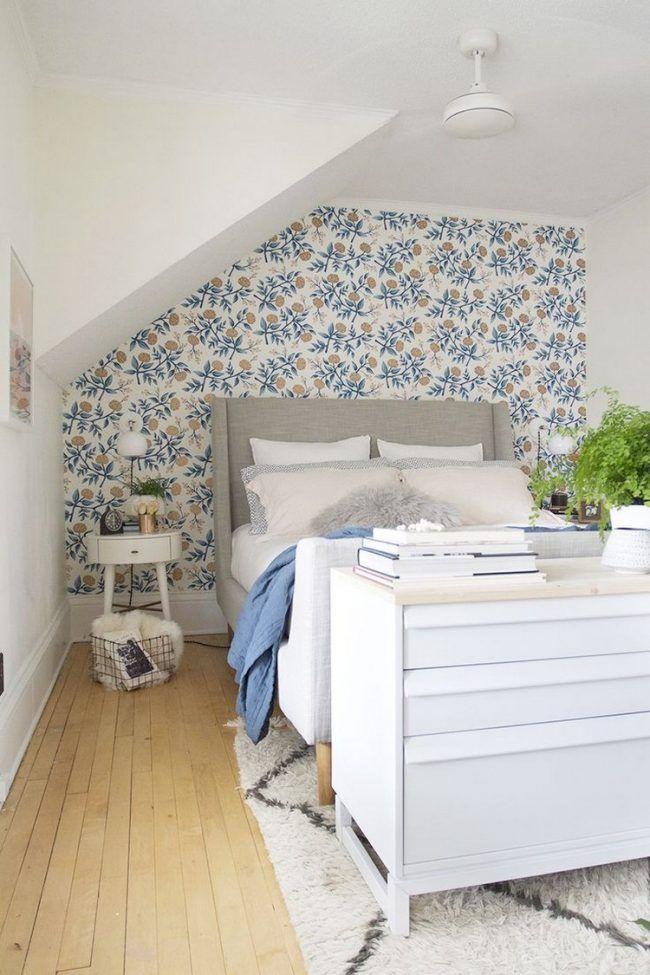 dachschraege-ideen-schlafzimmer-tapete-florales-muster-posterbett