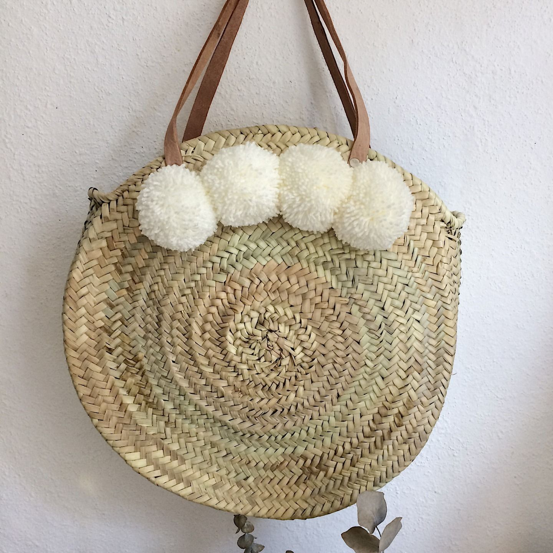 Grand panier marocain rond avec anses en cuir et pompons   Autres sacs par  pomponsandco a4a0c379fe4