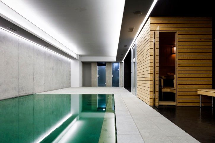 Indoor pool einfamilienhaus  Modernes Haus mit indoor-Pool und Sauna-Raum. Großen Zement und ...