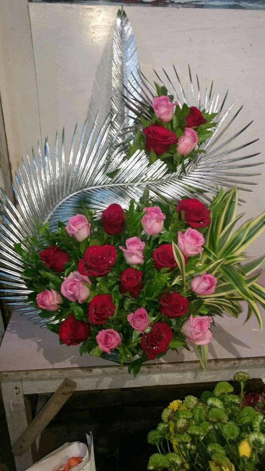 Arranjo Com Rosas E Folhas Prata Para Natal Arranjos De Flores