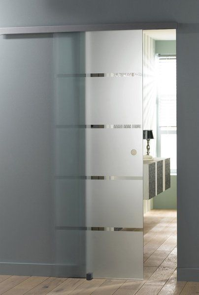 Design une porte coulissante en verre qui glisse sur un rail haut cach derri re un bandeau - Porte separation vitree ...