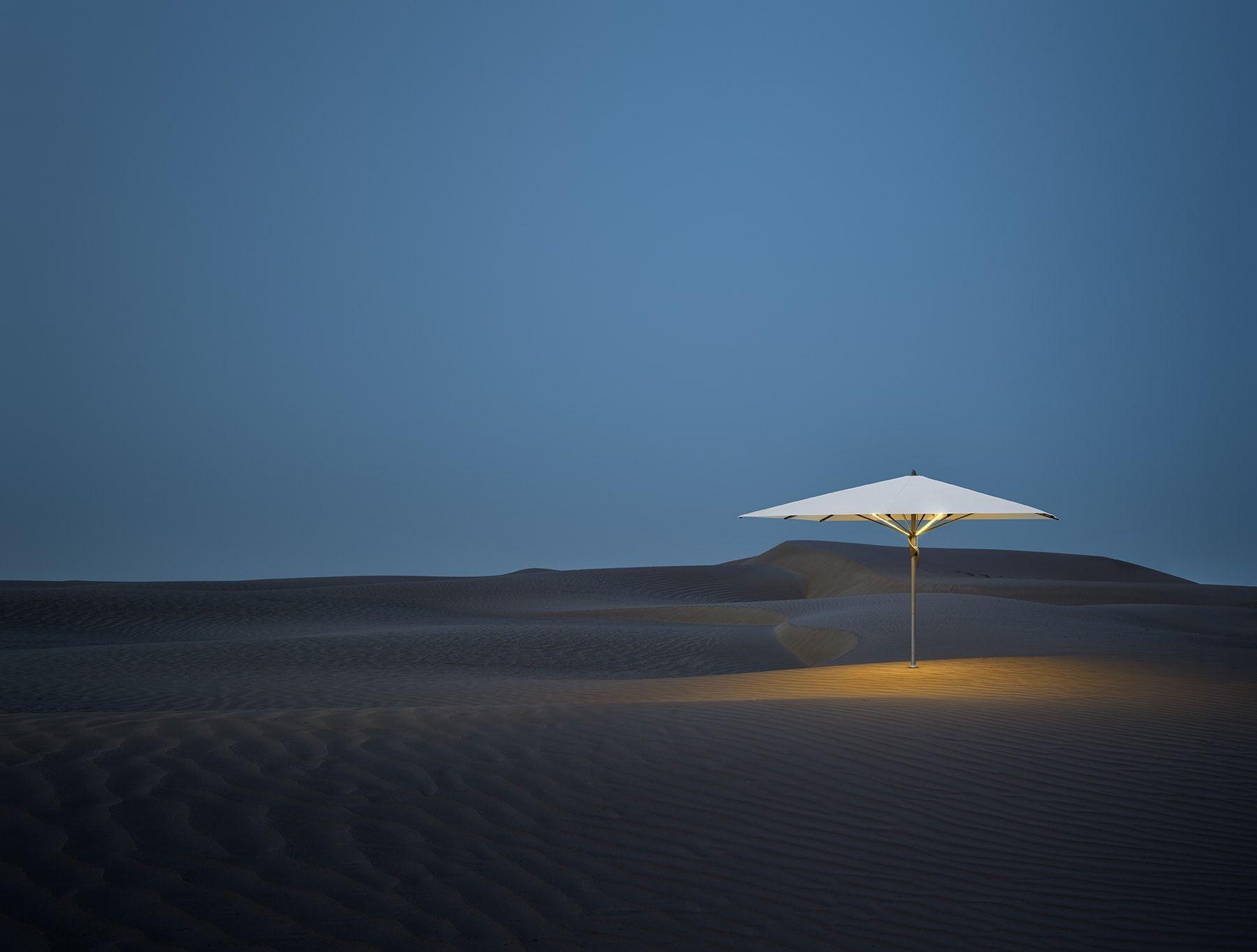 Der Sonnenschirm Glatz Fortello spendet unter seinem Schirmdach wohltuenden Schatten Das Schirmdach ist durch