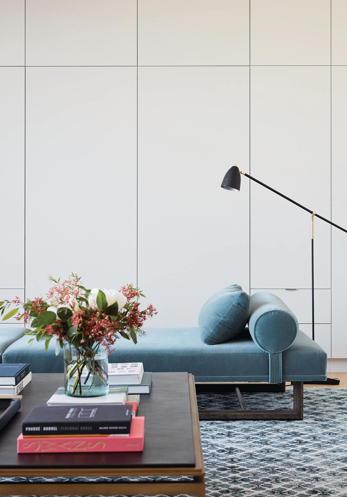 Beautiful Blues In A Modern Home Catherine Kwong Design. Wohnzimmer Liege  Daybed Samt Hellblau Couchtisch