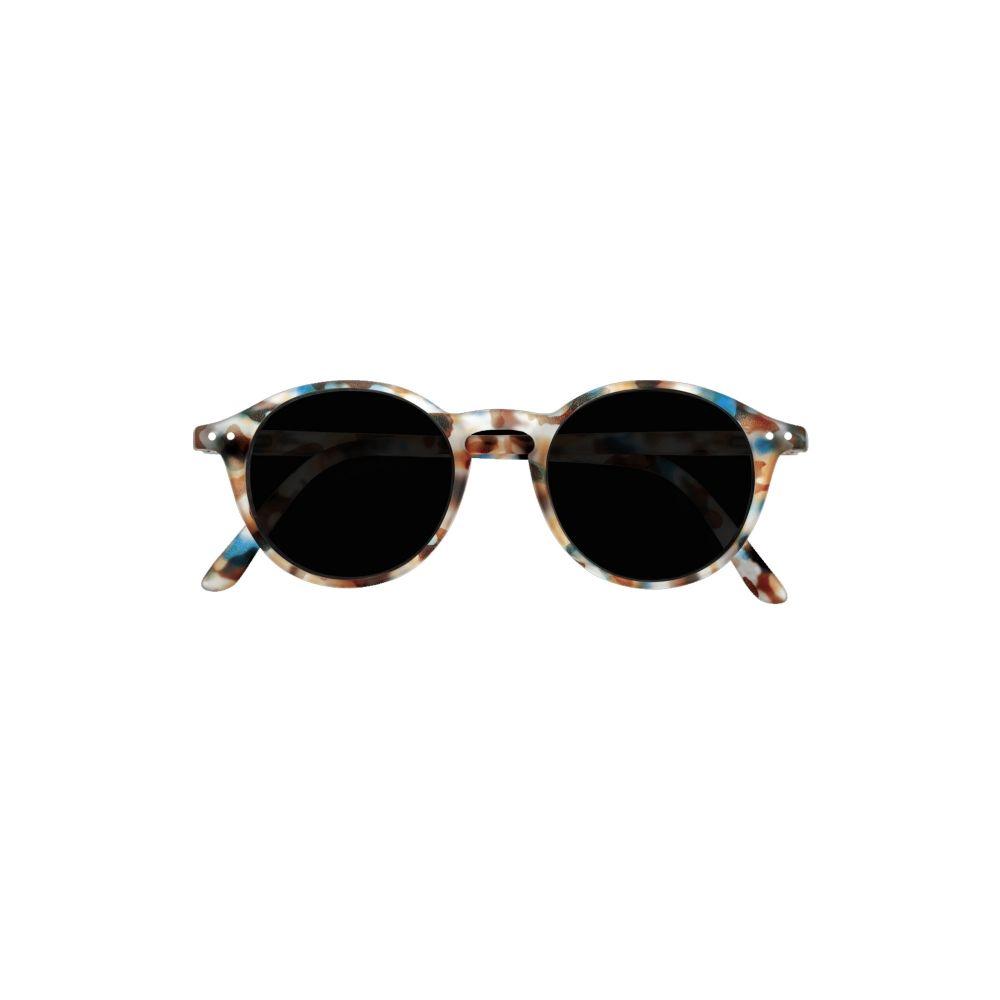 #D Junior Sun - Blue Tortoise är ett par solglasögon med sköldpaddsmönster från varumärket Izipizi. Solglasögonen är till för barn mellan 3-10 år och är av unisexmodell. #D Junior Sun - Blue Tortoise är runda till formen och har kategori 3 UV-skydd tack vare sina polariserande glas. Solglasögonen har dekorativa detaljer på kanterna och en modern gummifinish som gör dem till det självklara valet för ditt barn.UV-strålar från solen är osynliga för våra ögon men därmed inte ofarliga. Strålarna kan