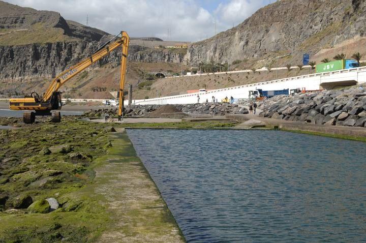 El Ayuntamiento de Las Palmas de Gran Canaria retira las piedras y la arena de las piscinas de La Laja