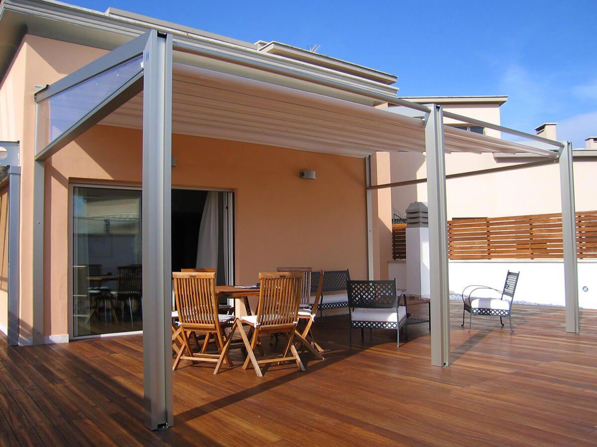 coberti pergotenda millenium con techo mvil impact en terraza de vivienda con suelo de madera