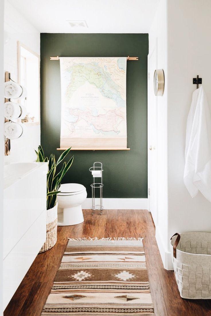Photo of Badezimmer mit olivgrüner Farbe an den Wänden. Holzböden, hängende Karte von …