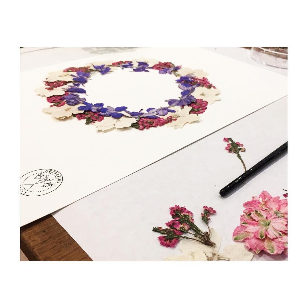 Atzarine Sur Instagram L Atelier En Fleurs Parfait Mille Mercis Herbarium Atelierfleurs Herbarium Laviedatza Fleurs Cadre Fleur Fleurs Sechees