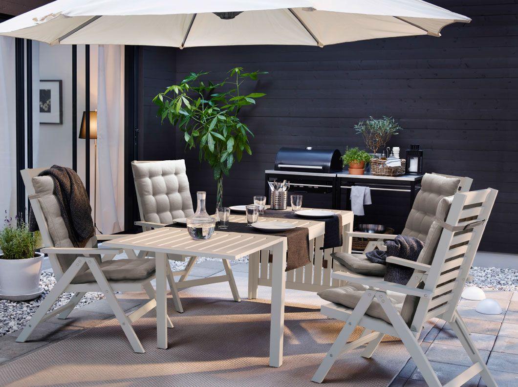 ein hinterhof mit ÄpplarÖ tisch und 4 hochlehnern in weiß | garden, Gartengerate ideen